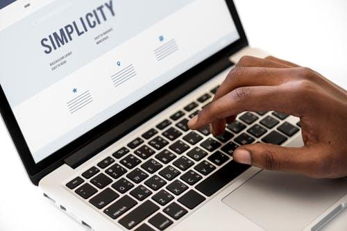Um funcionário utilizando um computador para realizar treinamentos online